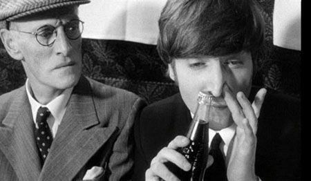 john-lennon-cheirando-coca